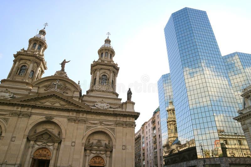 La catedral metropolitana de Santiago reflejó en la fachada revestida de cristal del edificio moderno, Plaza de Armas, Santiago,  imagenes de archivo