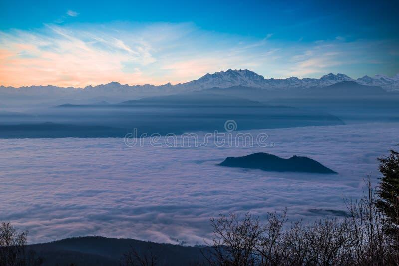 La catena alpina con Monte Rosa emerge da un mare delle nuvole al tramonto Vista aerea dal dei Fiori del campo di Varese, Italia fotografie stock libere da diritti