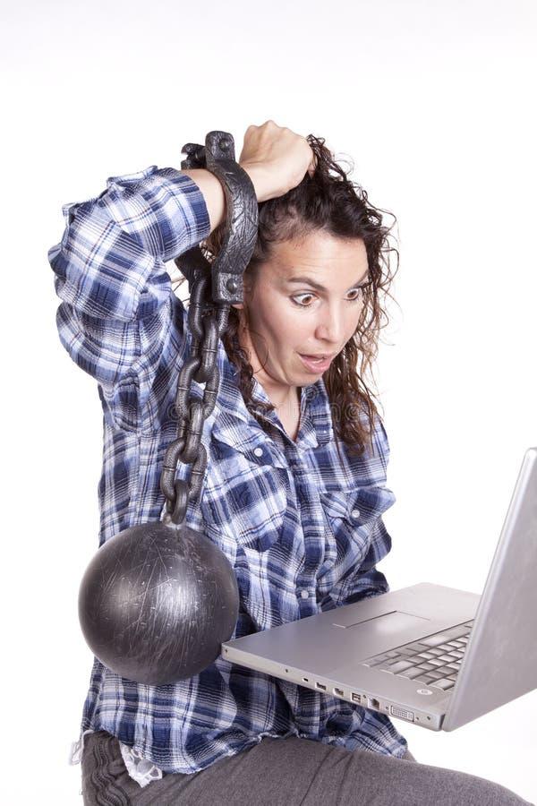 La catena del calcolatore della donna ha frustrato. immagine stock libera da diritti