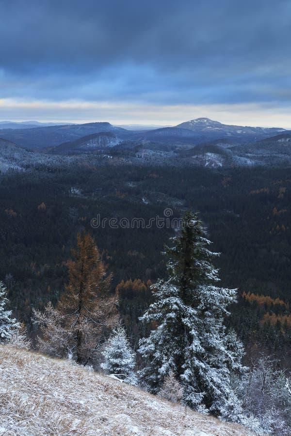La catena montuosa blu nevosa fotografie stock libere da diritti