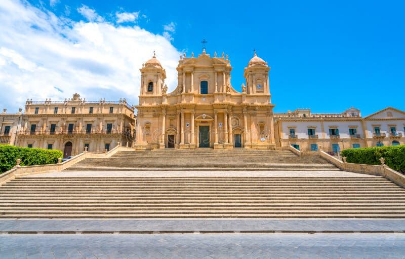 La cathédrale célèbre de la basilique Minore de Noto du ² de San Nicolà un jour ensoleillé d'été Province de Siracusa, Sicile, It photos stock