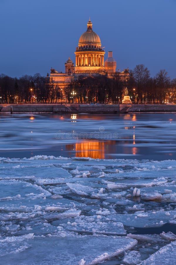 La cathédrale d'Isaac de saint au coucher du soleil, St Petersburg photographie stock