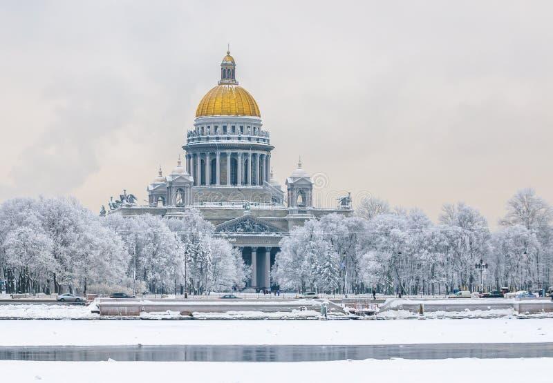 La cathédrale d'Isaac de saint en hiver, St Petersbourg, Russie photos libres de droits