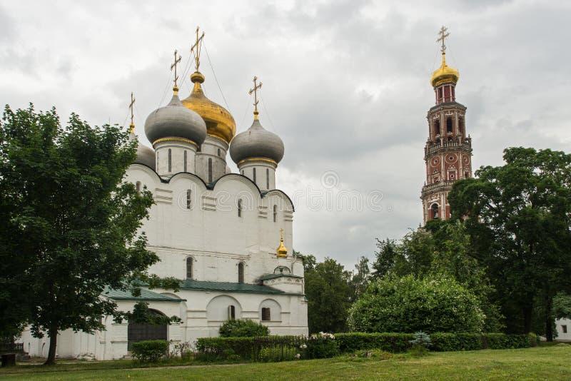 La cathédrale de notre Madame de Smolensk, à l'intérieur du Novodevichy conven images stock