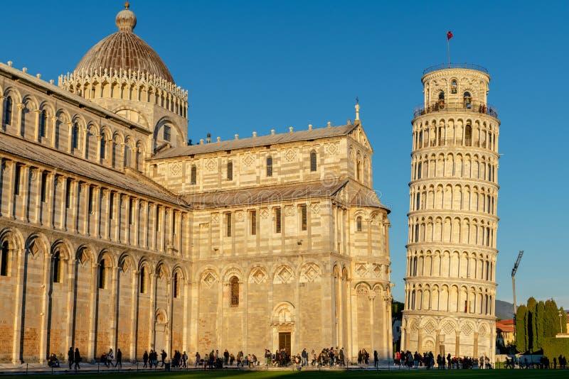 La cathédrale de Pise et la tour penchée légendaire dans un jour ensoleillé lumineux mais froid photo stock