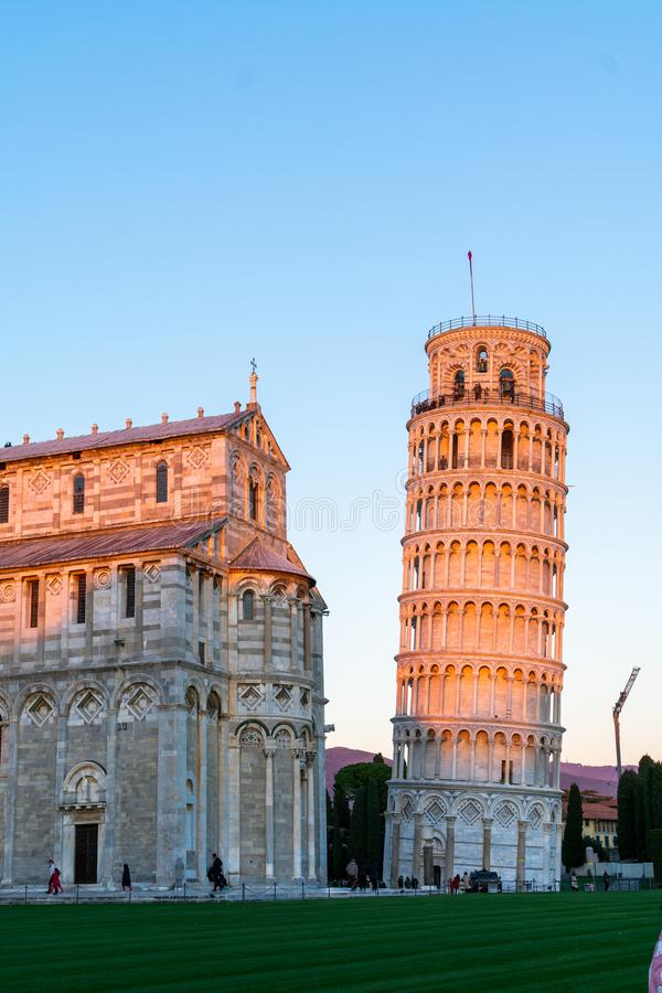La cathédrale de Pise et la tour penchée légendaire dans un jour ensoleillé lumineux mais froid images stock