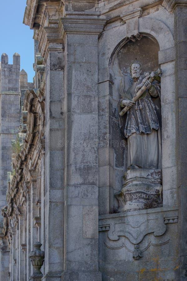 La cathédrale de Porto, Sé font Porto, vue détaillée à la sculpture incluse sur la façade photos libres de droits
