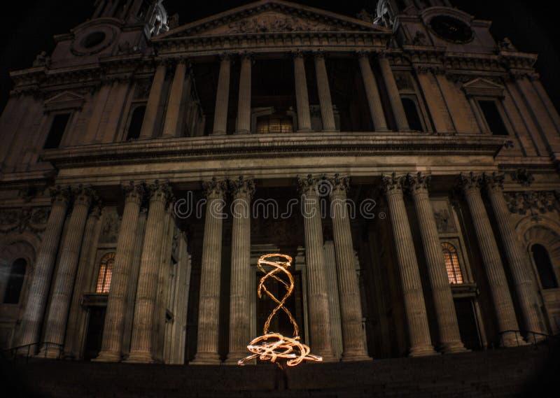 La cathédrale de St Paul est sur le feu photographie stock libre de droits