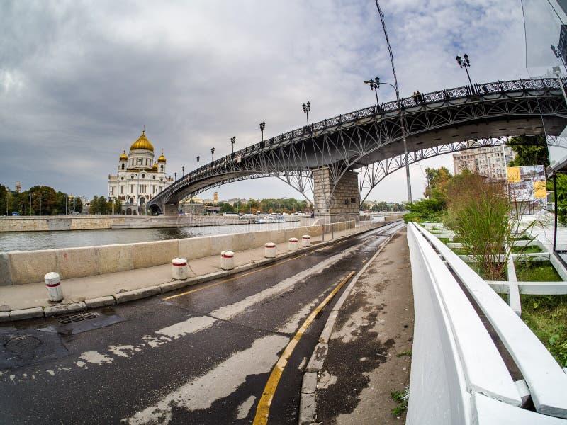 La cathédrale du Christ le sauveur et le Patriarshy jettent un pont sur photographie stock