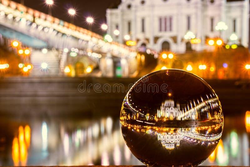 La cathédrale du Christ que le sauveur s'est reflété dans la boule en verre Bille en verre sauveur du Christ Moscou Russie de cat photo stock