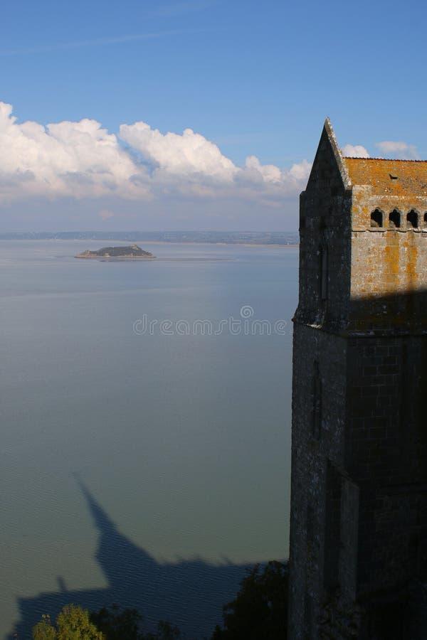La cathédrale en Mont-Saint-Michel a entouré par des eaux de mer photo libre de droits