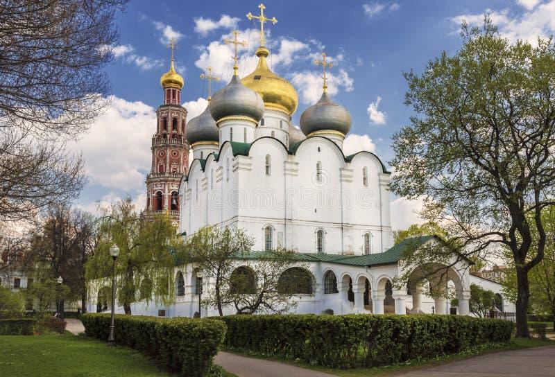 La cathédrale est dans une partie de l'icône de Smolensk de la mère de la tour de Dieu et de cloche photo stock