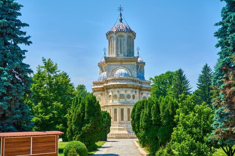 La cattedrale in città di Curtea de Arges è un monastero e un convento di importanza storica fuori della vista fotografie stock