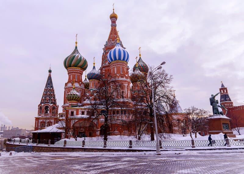 La cattedrale del basilico della st sul quadrato rosso nell'inverno fotografia stock