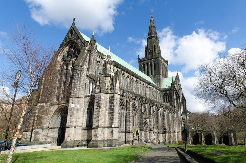 La cattedrale del mungo della st a Glasgow, Scozia, su un bello soleggiato immagini stock libere da diritti