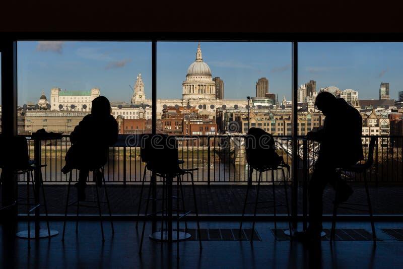 La cattedrale del ` s di St Paul ed il millennio gettano un ponte su preso dall'interno di Tate Modern Museum a Londra, immagine stock libera da diritti