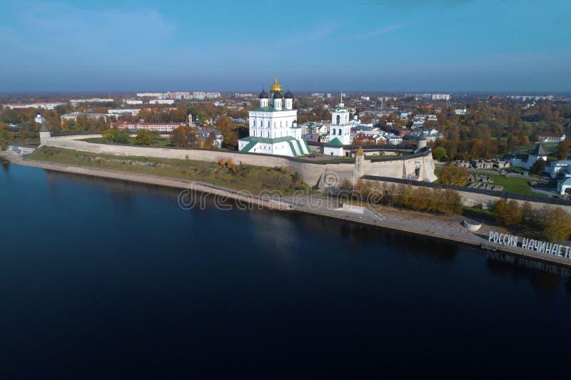 La cattedrale di Cremlino e della trinità di Pskov in un panorama della città fotografie stock