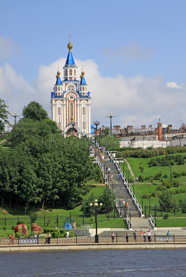 La cattedrale di Dormition di Chabarovsk vicino al 'dell'argine ÑˆÑ del fiume Amur immagine stock