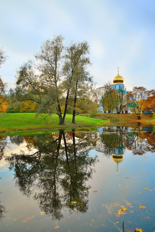 La cattedrale di Fedorovsky e l'autunno di Alexander Park sono riflessi immagini stock libere da diritti