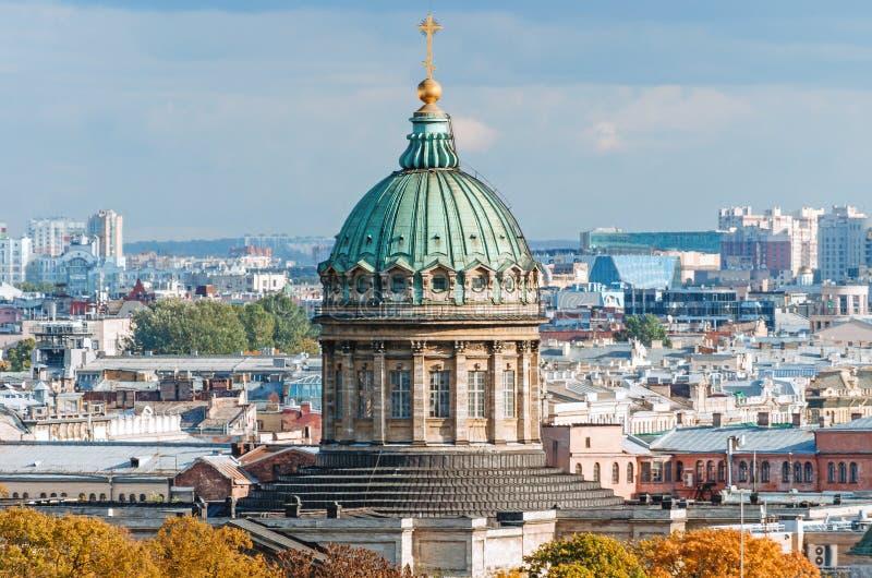 La cattedrale di Kazan fra la città copre il panorama della città di St Petersburg fotografie stock