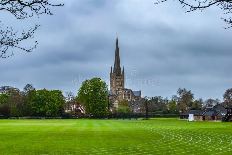 La cattedrale di Norwich ? a campi da gioco fotografie stock