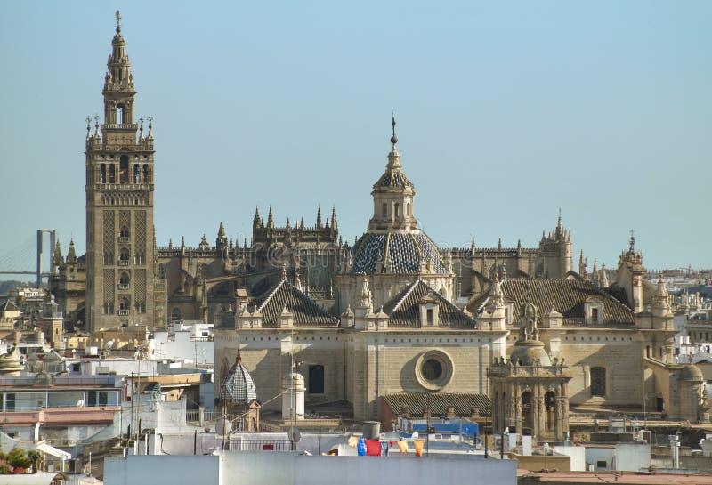 La cattedrale di Siviglia e la La Giralda si elevano in Siviglia spain fotografia stock libera da diritti