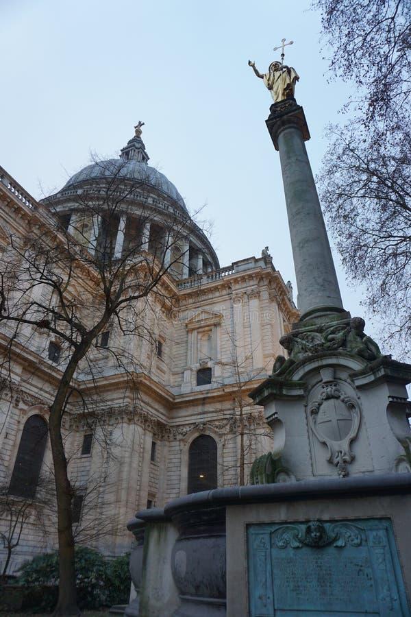 La cattedrale di St Paul da un angolo basso con la statua in priorità alta fotografia stock libera da diritti