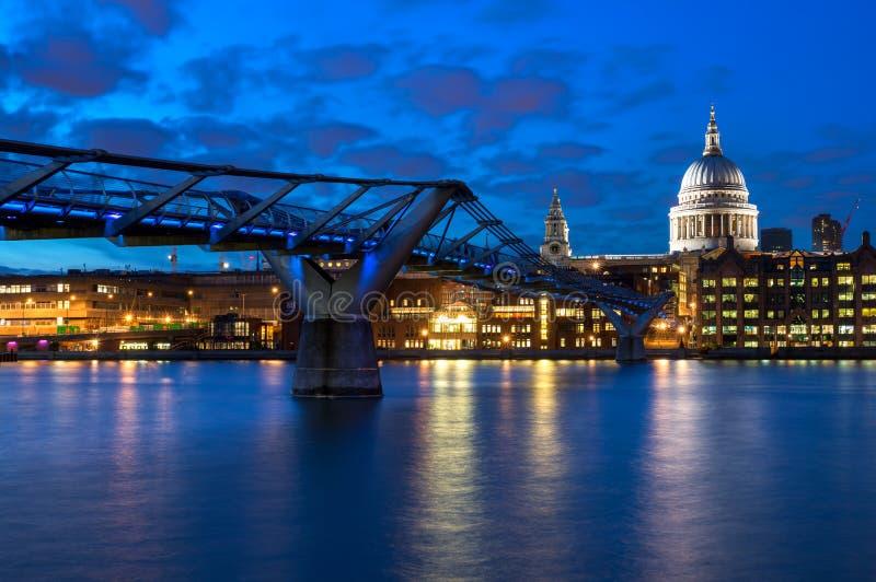 La cattedrale di St Paul ed il ponte di millennio a Londra, Inghilterra fotografia stock