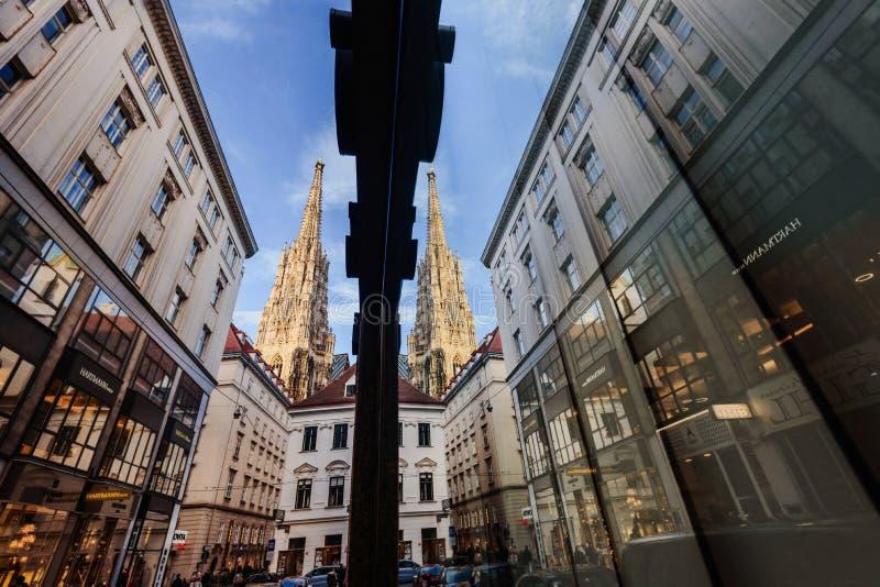 La cattedrale di St Stephen con la riflessione in vetro immagini stock libere da diritti