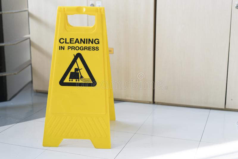 La cautela di pulizia di progresso firma dentro l'ufficio fotografia stock