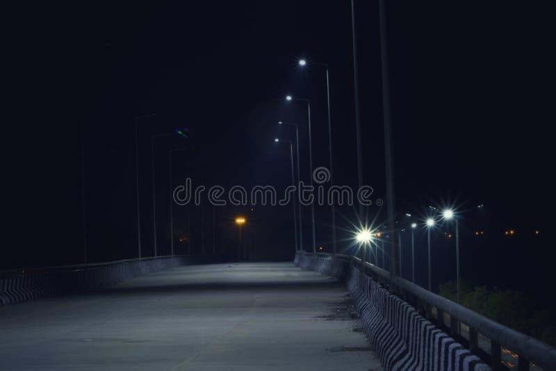 La cavalcavia sola alla notte immagini stock libere da diritti