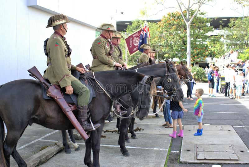 La cavalerie ou les cavaliers ou les lanciers chez ANZAC Day défilent photo libre de droits