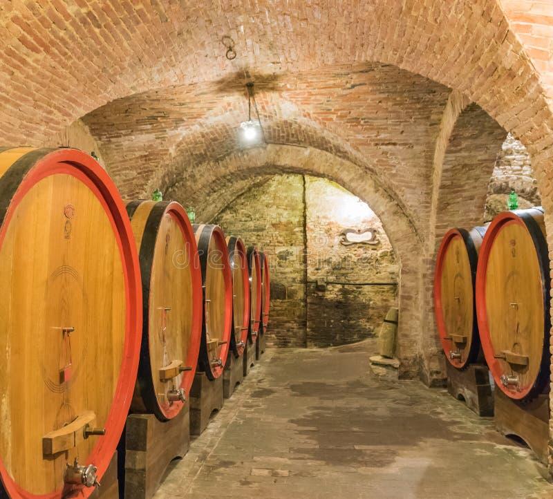 La cave de baril du vin rouge de Montepulciano photographie stock libre de droits