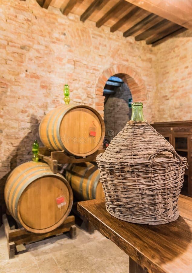La cave de baril du vin rouge de Montepulciano image libre de droits