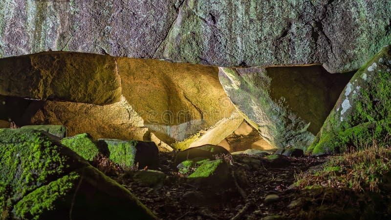 La caverna spettrale della foresta di notte su Bornholm fotografie stock libere da diritti