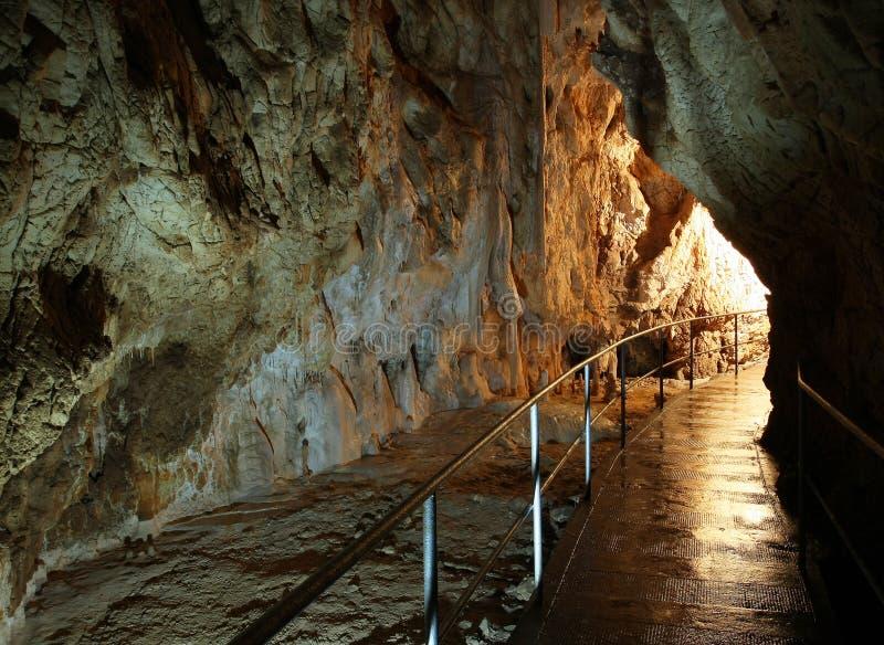 La caverne a aménagé le trottoir en parc images stock