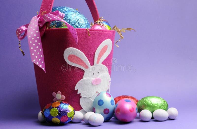 Caza rosada y púrpura del huevo de Pascua fotos de archivo libres de regalías