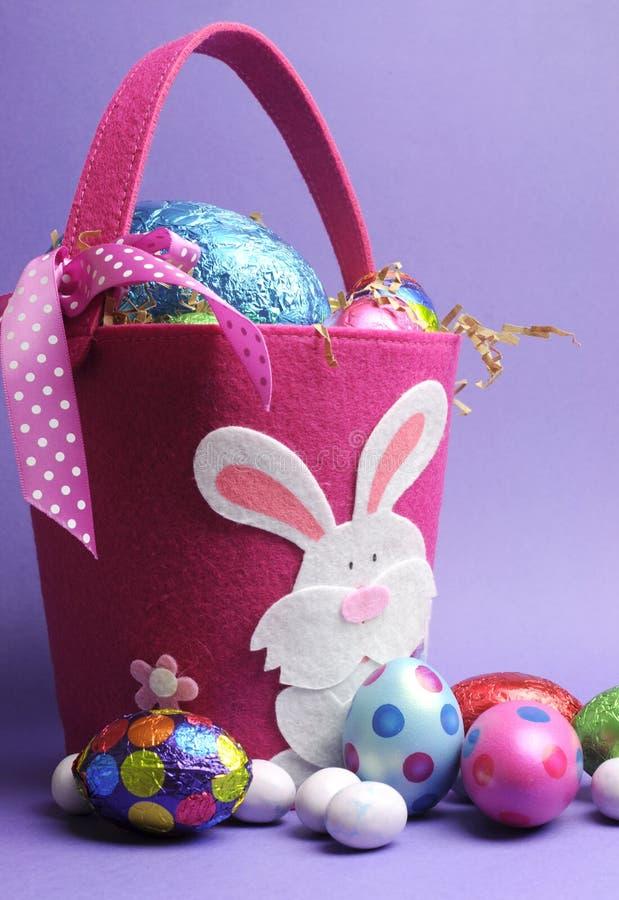 Caza rosada y púrpura del huevo de Pascua - vertical imagen de archivo libre de regalías