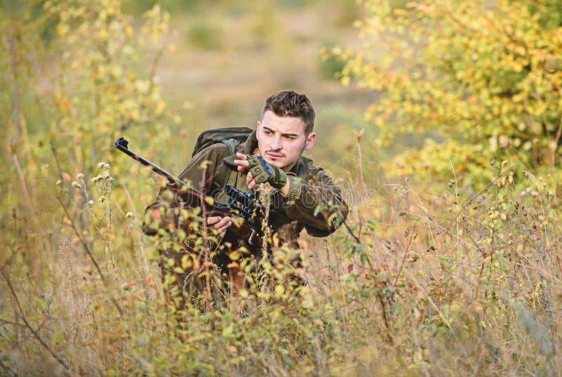 La caza es afici?n masculina brutal Cazando y atrapando estaciones Cazador serio barbudo pasar la caza del ocio cazador imagenes de archivo