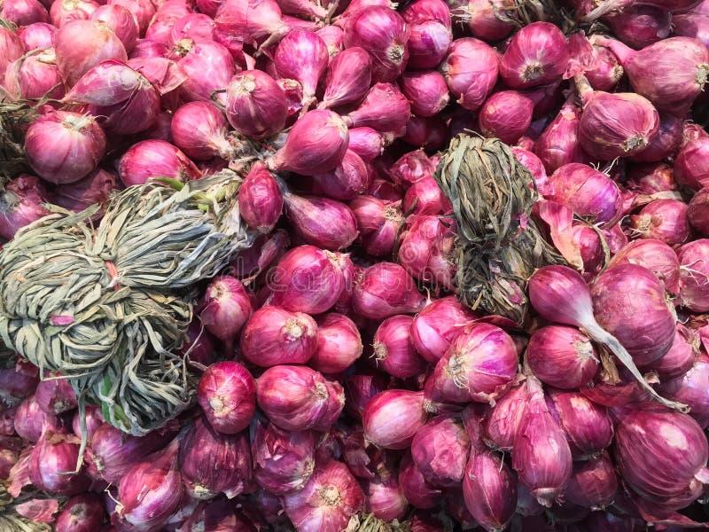 La cebolla roja, chalotes se utiliza como especia para cocinar, en la calle M imagen de archivo