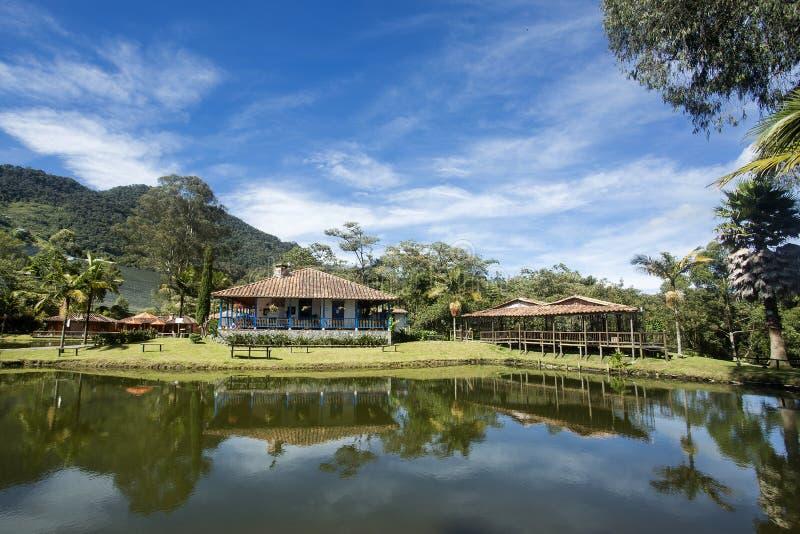 La Ceja, Antioquia/Colombia Gammalt kolonialt hus Colombiansk traditionell arkitektur royaltyfri bild