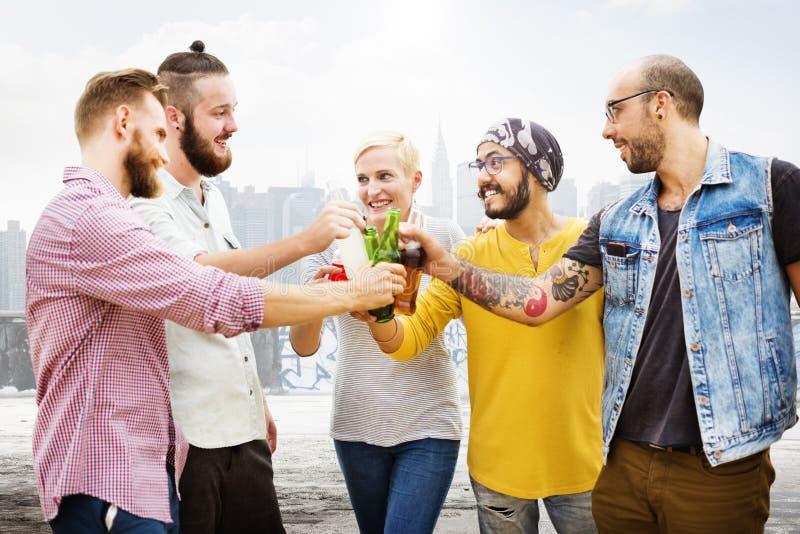 La celebración anima al inconformista que bebe junta concepto de los amigos imagenes de archivo