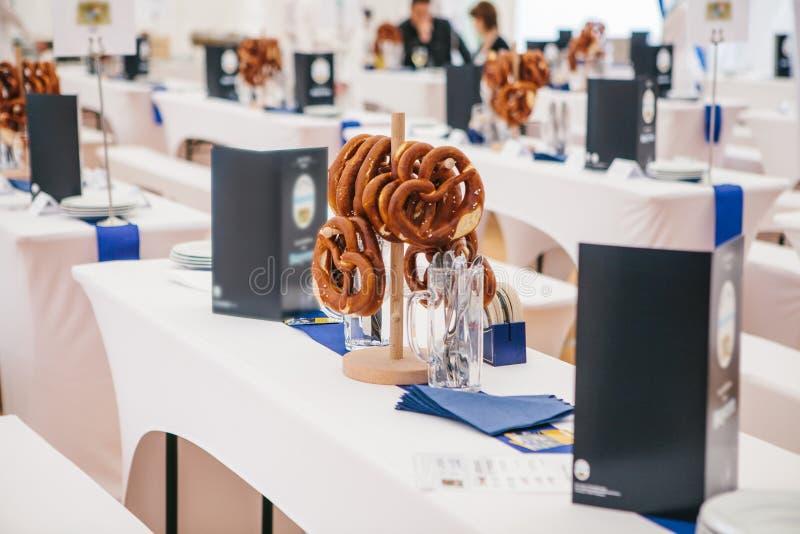 La celebración de los pretzeles tradicionales de Oktoberfest del festival alemán famoso de la cerveza llamó la caída de Brezel en foto de archivo