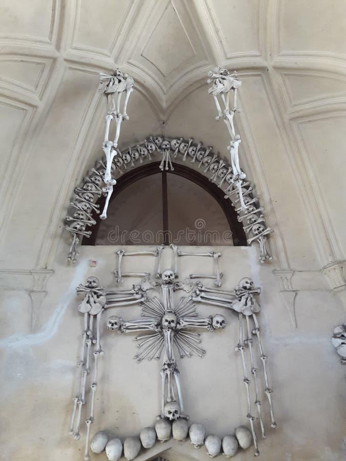 La celebración de la muerte en el museo de Praga renovó deathes góticos de la estatua de los tejedores del osario fotos de archivo libres de regalías