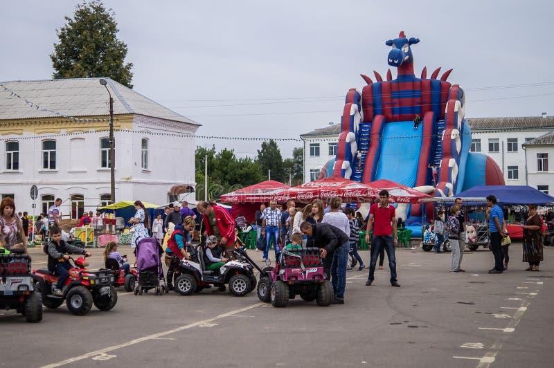 La celebración del día de miel en la ciudad rusa de Medyn, región de Kaluga el 14 de agosto de 2016 fotos de archivo