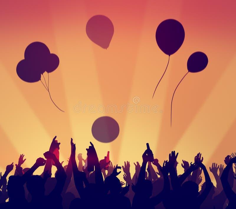 La celebración del partido de la muchedumbre de la gente bebe concepto aumentado los brazos foto de archivo libre de regalías