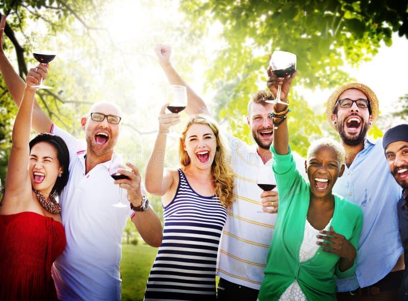 La celebrazione di amicizia degli amici all'aperto fa festa il concetto fotografia stock