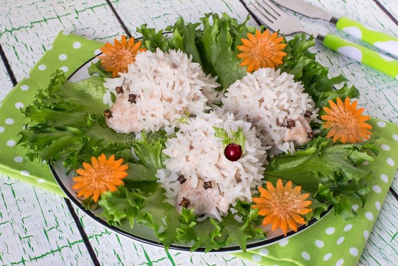 La cena de los niños sanos: albóndigas bajo la forma de seto graciosamente imagen de archivo