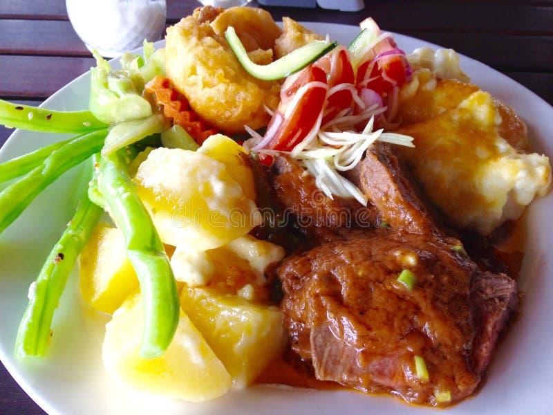 La cena deliciosa cinco del almuerzo del smorgasbord de la comida fría de la tentación protagoniza la cena imagenes de archivo