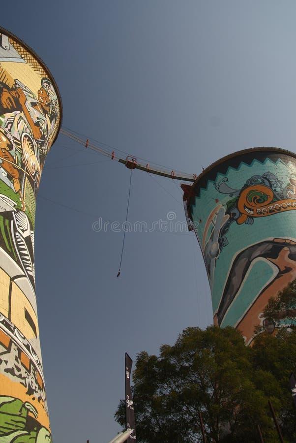 La central eléctrica anterior, torre de enfriamiento, ahora es torre para el salto BAJO foto de archivo libre de regalías